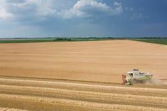 деятельность пшеницы жатки поля зернокомбайна Жатка зернокомбайна Ae Стоковые Фотографии RF