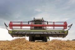 деятельность пшеницы жатки поля зернокомбайна Сбор пшеницы Стоковые Изображения