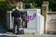 Деятельность телекоммуникаций technican в улице стоковые фотографии rf