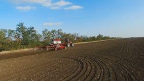 деятельность трактора времени весны поля сток-видео