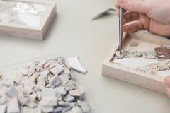 Деятельность художника рук на мозаике камней стоковое фото