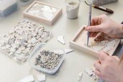 Деятельность художника рук на мозаике камней стоковое изображение