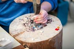 Деятельность художника рук на мозаике камней стоковые фото