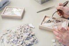 Деятельность художника рук на мозаике камней стоковые изображения rf