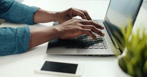Деятельность человека на ноутбуке сток-видео