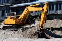 Деятельность Backhoe на эрозии пляжа стоковые фотографии rf