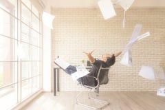 Деятельность Relax Азиатский бизнесмен меча пук бумаг празднуя конец его работы и отчета о успеха Он ослабляет и счастливый стоковые изображения