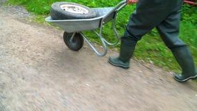 Деятеля продолжает тележку старое колесо автомобиля видеоматериал