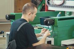 Деятеля с ножом работает на машине механической обработки на фабрике стоковые фотографии rf