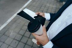 Деятельность бизнесмена, бизнесмен с кофе, бизнесмен с таблеткой Стоковая Фотография RF