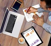 Деятельность бизнесмена, обсуждая диаграммы дела, стратегия Стоковые Изображения