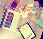Деятельность бизнесмена, обсуждая диаграммы дела, стратегия Стоковое Фото