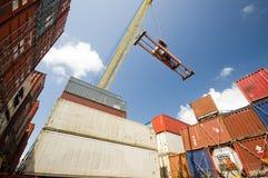 Деятельность груза на борту контейнеровоза Стоковое Фото