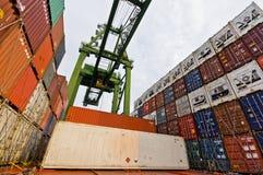 Деятельность груза на борту контейнеровоза Стоковые Изображения