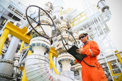 Деятельность записи оператора процесса нефти и газ на масле и заводе снаряжения, оффшорной нефтяной промышленности нефти и газ, о стоковые фотографии rf