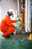 Деятельность записи оператора процесса нефти и газ на масле и r Стоковые Изображения RF