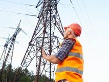 Деятельность инженер-электрика Говорить на телефоне и работать дальше Стоковая Фотография RF
