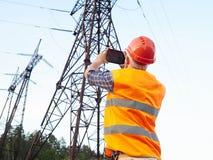 Деятельность инженер-электрика Говорить на телефоне и работать дальше Стоковое Фото
