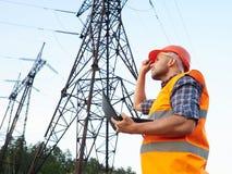 Деятельность инженер-электрика Говорить на телефоне и работая wo Стоковые Фото