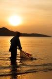 Деятельность и восход солнца рыболова силуэта Стоковое фото RF
