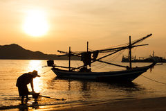 Деятельность и восход солнца рыболова силуэта Стоковая Фотография RF