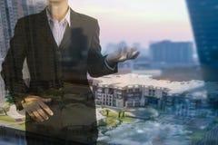 Деятельность и обсуждение бизнесмена присутствующие в конспекте города Стоковое Фото