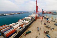 Деятельность контейнера в взгляде порта от верхней части Стоковые Изображения RF