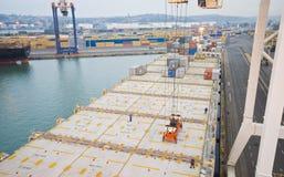 Деятельность контейнера в порте с кранами и загрузкой портала/контейнерами discharging Стоковые Фото
