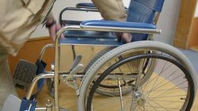 Деятельность кресло-коляскы видеоматериал