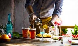 Деятельность парня бармена подготавливает искусства коктеиля Стоковая Фотография