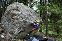 Деятельность при внешнего спорта Девушка альпиниста утеса Стоковые Изображения