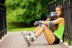 Деятельность при спорта кататься на коньках ролика женщины в парке Стоковые Фото