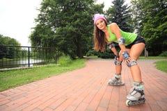 Деятельность при спорта кататься на коньках ролика женщины в парке Стоковое Фото