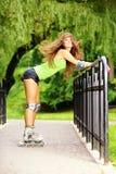 Деятельность при спорта кататься на коньках ролика женщины в парке Стоковая Фотография RF
