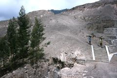 Деятельность людей на наклонах Mount Merapi Стоковые Фото
