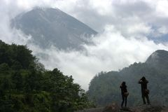 Деятельность людей на наклонах Mount Merapi Стоковая Фотография