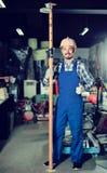 Деятеля практикуя его искусства раскрывает козл на мастерской Стоковое Изображение