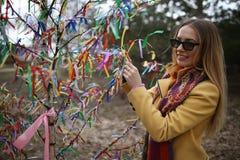 Делает желание под деревом счастья стоковые изображения