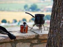 Делать горячий кофе пока пеший туризм в природе Стоковое Фото
