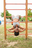 Делать женщины молодого спортсмена африканский сидеть-поднимает Стоковое Изображение