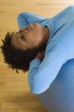 Делать женщины Сидеть-поднимает на шарике Pilates Стоковые Изображения RF