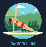 Делать женщины стоит вверх полощущ йогу на доске затвора на воде на ландшафте горы озера стоит вверх разминка йоги затвора Стоковая Фотография RF