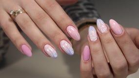 Делать дизайн с картиной на ногтях Стоковые Изображения RF