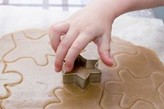 Делать из печений рождества ребенком Стоковые Фотографии RF