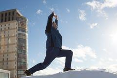 Делать йогу в зиме Стоковые Фотографии RF