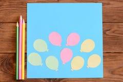 Делать карточку с бумажными воздушными шарами шаг Урок для детей Карточка с бумажными воздушными шарами, покрашенными карандашами Стоковое фото RF