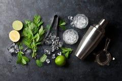 Делать коктеиля Mojito Стоковые Изображения RF