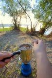 Делать кофе на лагерном костере Стоковые Фото