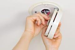 Делать обслуживание на домашнем дыме Dectector Стоковая Фотография