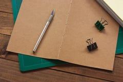Делать отверстия в подписях для шить стоковые изображения